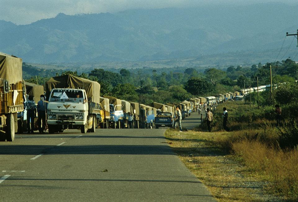 1988. Frontera Honduras-El Salvador. Retorno de refugiados salvadoreños. Foto de Giovanni Palazzo publicada en elfaro.net