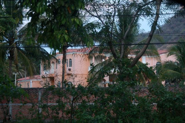 La Policía mantiene una permanente vigilancia sobre esta propiedad de uno de los miembros del Cártel.