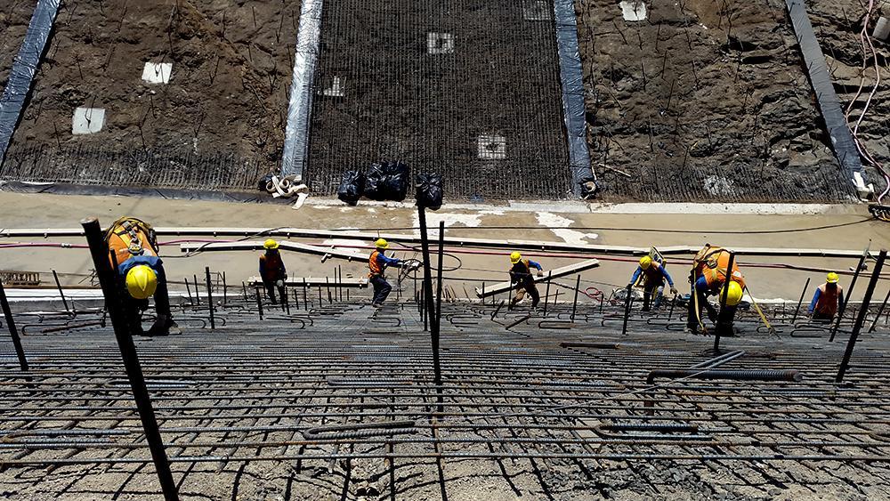 Durante septiembre de 2015, mil trabajadores laboraban en tres turnos para recuperarse de un desfase en las obras que se realizan en la presa hidroeléctrica 5 de noviembre. Completar la expansión es clave para un gobierno que promociona los logros de su segundo año. Foto: El Faro/ Nelson Rauda.