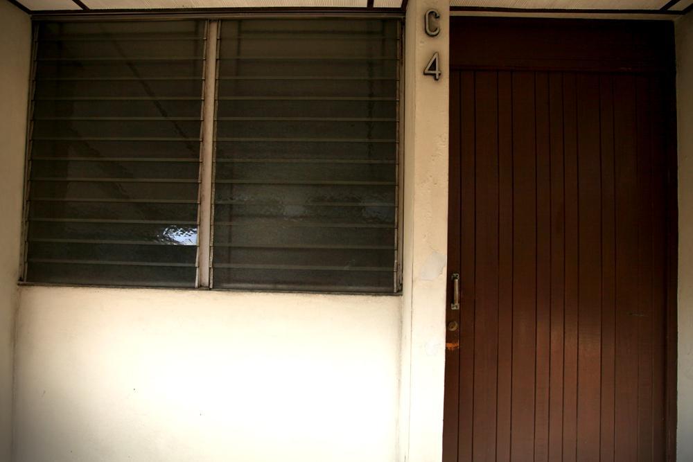 Local en el Condominio Miramonte que ocupa como sede la empresa Multimedia. El Faro intentó contactar con algún empleado del local, pero había nadie.