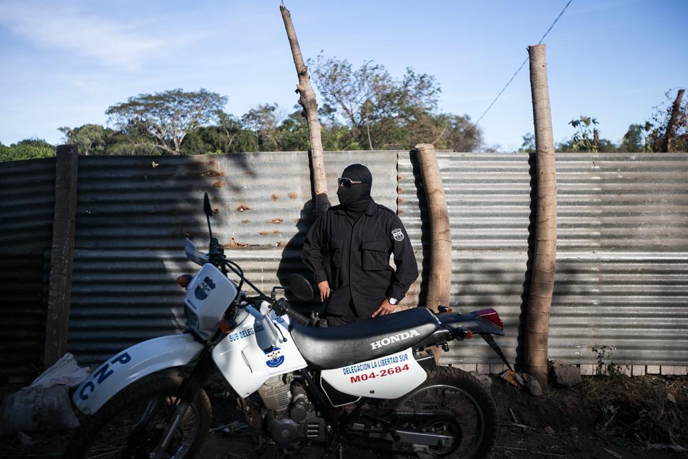 Un policía sin identificación ni número de ONI se paseaba entre los espectadores y los periodistas.Foto:Fred Ramos