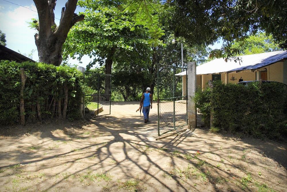 Entrada principal de la finca cafetalera San Blas, en San José Villanueva, lugar en el que la madrugada del 26 de marzo de 2015 el Grupo de Reacción Policial mató a ocho personas, entre los que había dos civiles. Foto archivo El Faro.