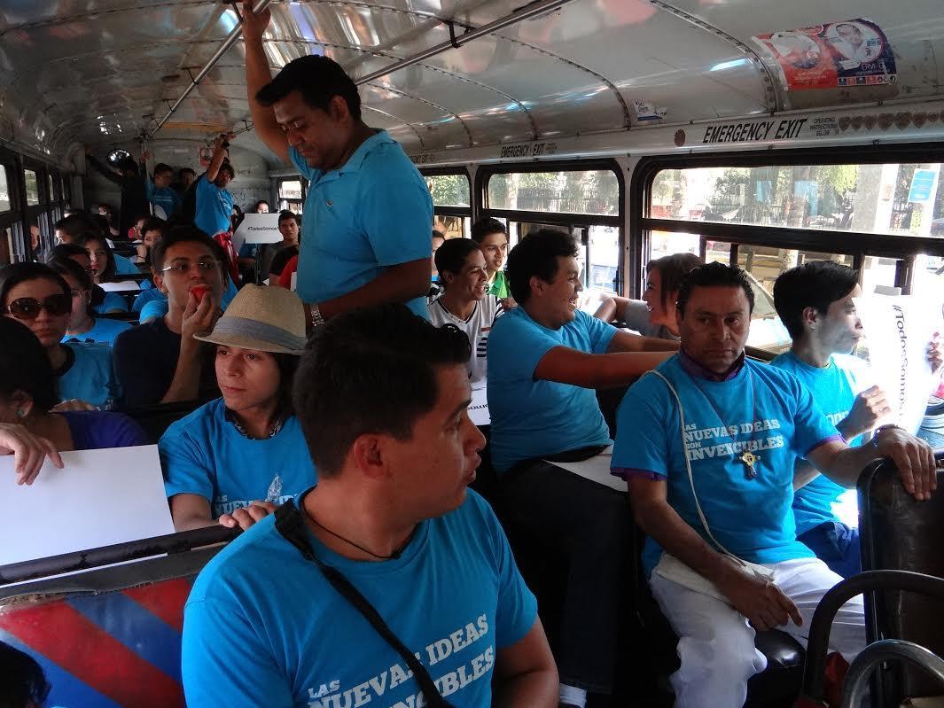 Estudiantes y miembros de la iglesia anglicana se reunieron a las afuera de la Universidad de El Salvador (UES) de donde salieron en buses hacia la FGR en apoyo a Nayib Bukele. Foto: Yéssica Hompanera