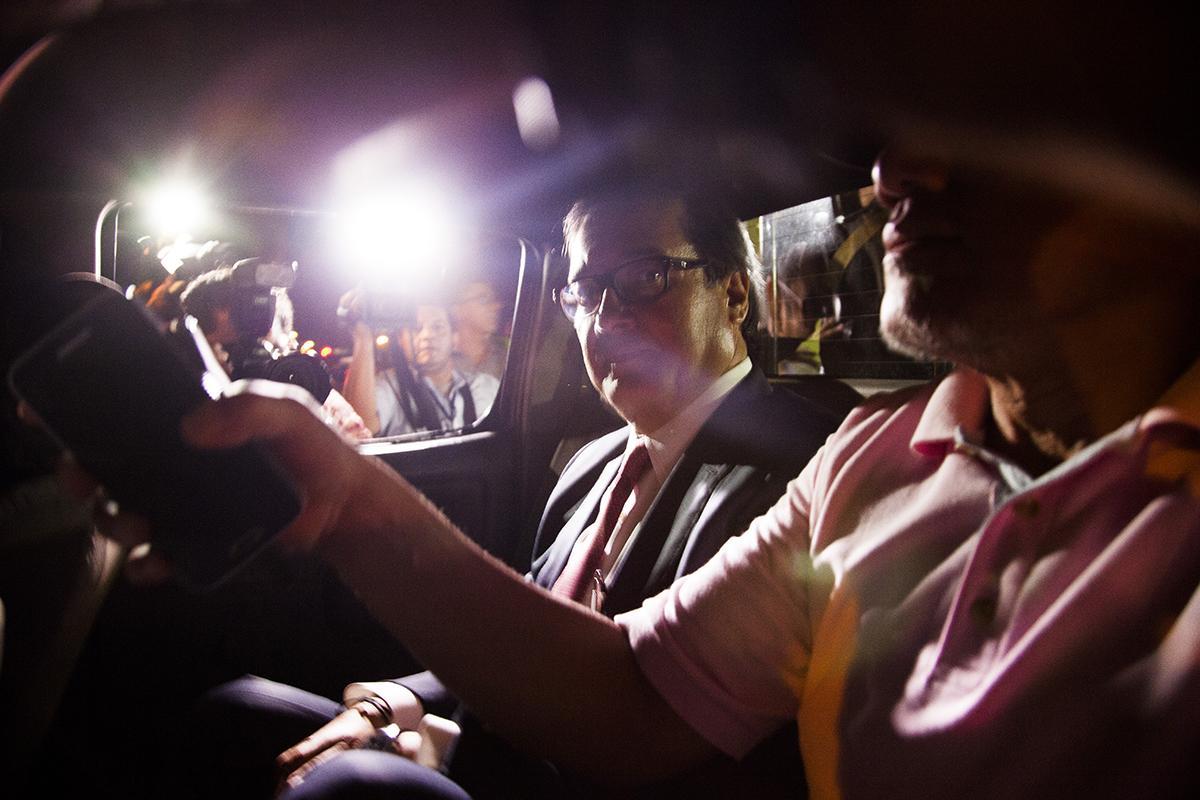 En agosto de este año, el exfiscal general, Luis Martínez, fue detenido por agentes de la PNC para llevarlo a las bartolinas de la División Anti Narcóticos. Fue capturado en la sede de la Fiscalía General de la República, en Antiguo Cuscatlán, acusado por los delitos de omisión de investigación y fraude procesal. Foto de El Faro: Víctor Peña