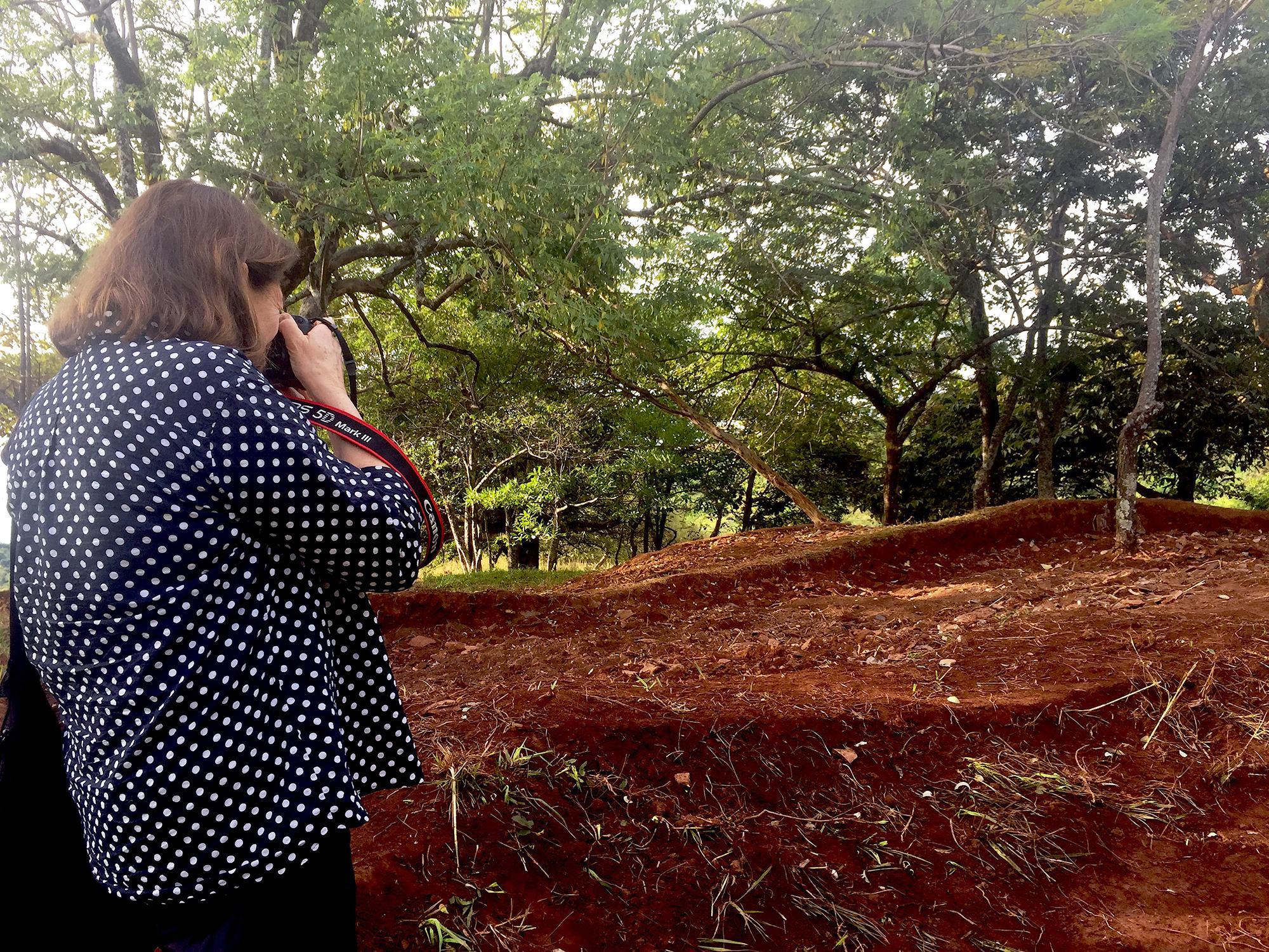Susan Meiselas en El Mozote. Noviembre 2016. Foto Cortesía: Edgar Romero