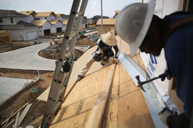 Migrantes trabajan en la construcción de viviendas en Denver, Colorado. Foto AFP/ John Moore
