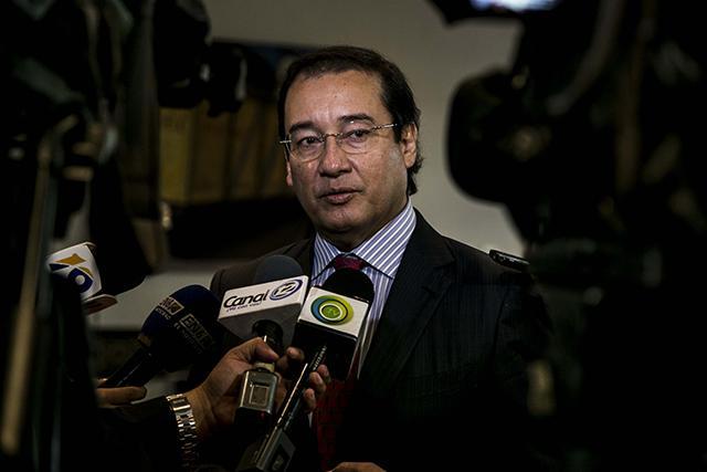El fiscal general Luis Martínez da declaraciones a los periodistas luego de finalizar la reunión que tuvo con diferentes gremiales en donde hablo sobre las acciones que realiza la FGR para combatir las extorsiones que sufren los empresarios. 29 de octubre de 2015.