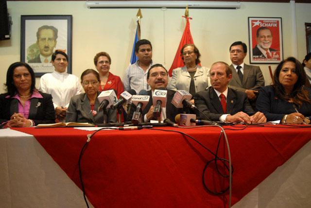 El FMLN hizo su propia evaluación del primer año del gobierno en que son socios con el presidente Mauricio Funes. Los efemelenistas dijeron sentirse satisfechos de lo hecho hasta hoy. Atrás, a la derecha, un retrato hace memoria del ex dirigente Schafik Hándal, quien una vez advirtió que Funes no podía ser candidato presidencial del FMLN porque solo quería usar al partido como escalera para llegar al poder.
