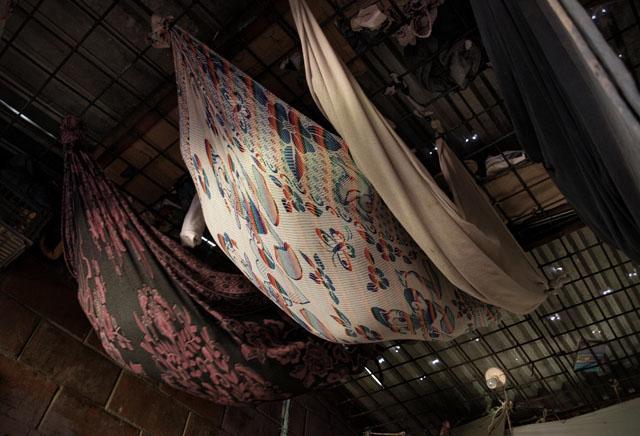 El hacinamiento obliga a los reos a improvisar hamacas para agregarle varios niveles a las celdas. Foto de archivo por Roberto Valencia, tomada en 2012.