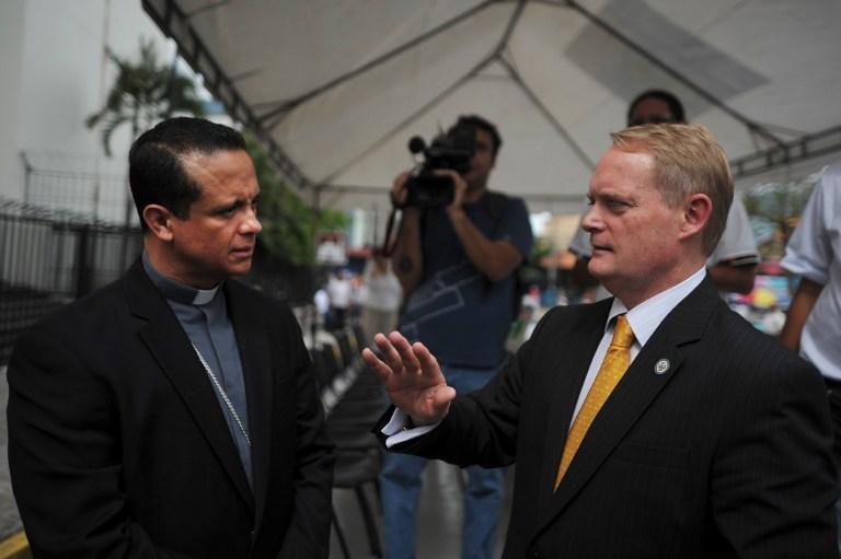 Adam Blackwell junto al mediador Fabio Colindres, en los momentos previos a una de las tres entregas de armas de parte de pandilleros, la celebrada el 27 de mayo de 2013 en la plaza Gerardo Barrios de San Salvador.FotoJosé Cabezas (AFP).