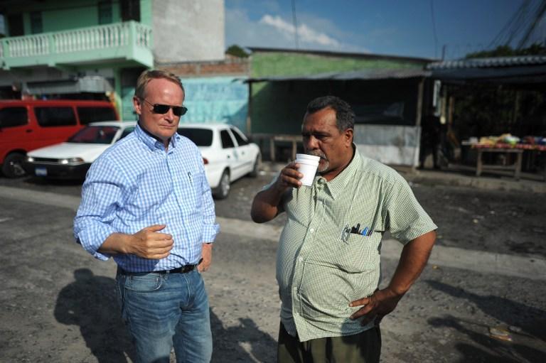 Adam Blackwell junto al mediador Raúl Mijango, en una visita a la residencial Altavista de Ilopango, el 13 de julio de 2013.FotoJosé Cabezas (AFP).