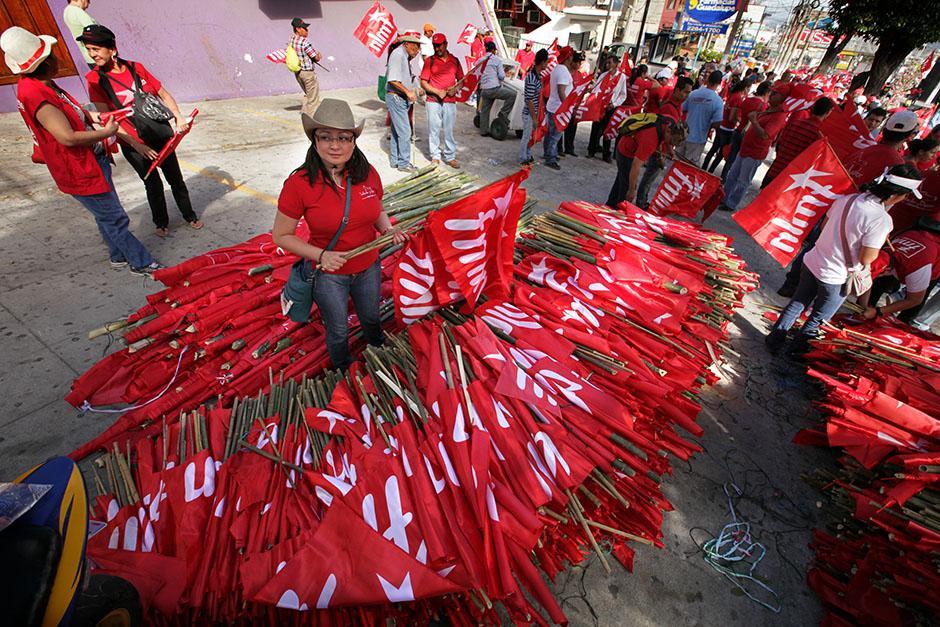 10 mil banderas con astas de bambú fueron repartidas gratis para ondearlas en el mitin del cierre de campaña del FMLN de este sábado en el Paseo General Escalón, en la colonia Escalón, de San Salvador.