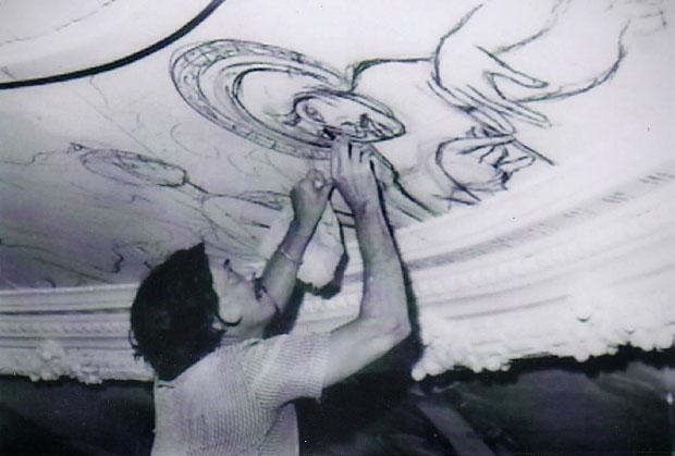 Carlos Cañas pintando la cúpula del Teatro Nacional. Foto cortesía Roberto Salomón