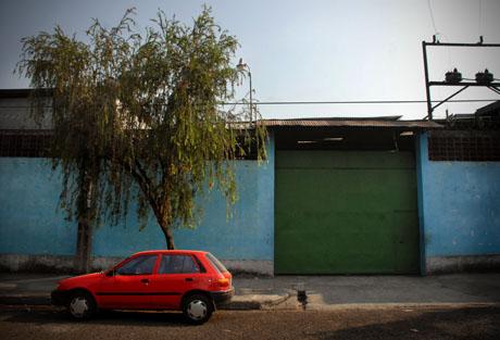 Fachada de dónde funcionaba el taller Voglione, en 1980. Entonces, ocupaba un local alquilado en la colonia La Rábida de San Salvador. Foto: Mauro Arias.