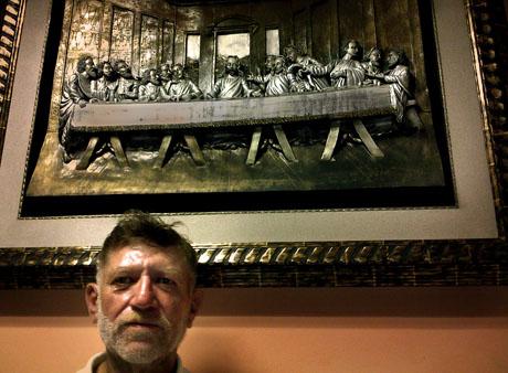 El capitán Álvaro Rafael Saravia posa debajo de un cuadro de la última cena. La fotografía fue una petición expresa de Saravia. Foto: Carlos Dada.
