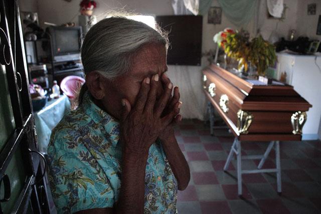 En un cantón de Comayagua, Juana Evangelista Ventura, de 84 años, frente al fenétro que espera la llegada del cuerpo de su nieto Jorge Alberto Ventura, de 34 años, quien tenía 11 años preso por robo y murió en la celda 7.