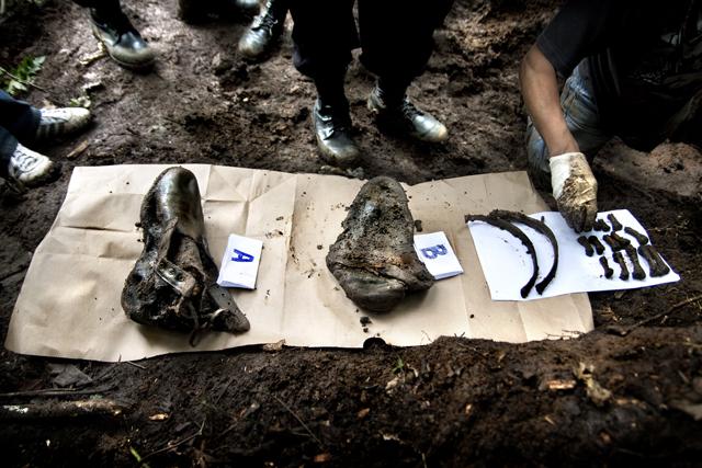 Evidencias de que el cuerpo de William estuvo enterrado en este foso: Dos botas (una con pie dentro), dos costillas y varios huesos de extremidades.