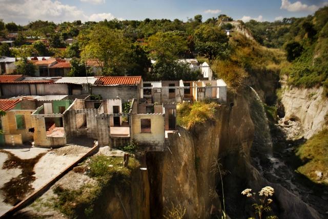 La Campanera in Soyapango, einem Armenviertel San Salvadors. Die Schlucht wird durch Erdrutsche und Hochwasser immer breiter und tiefer und hat bereits mehrere Häuser zerstört.