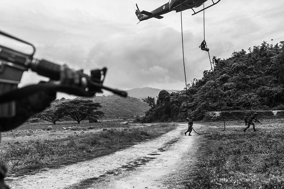 El escuadrón antipandillas practica el tiro al blanco