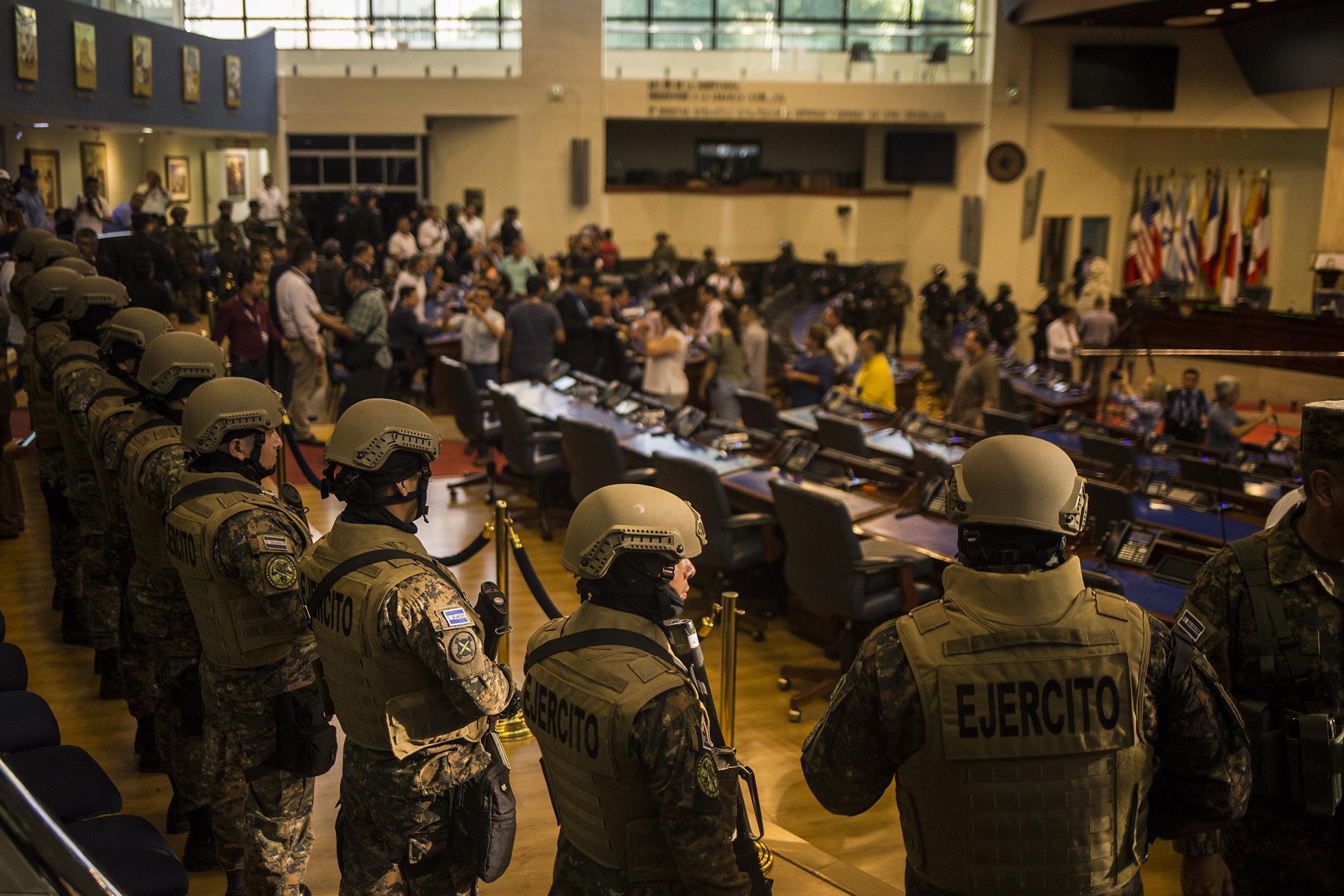 El domingo 9 por la tarde, por órdenes del presidente Bukele, un grupo de soldados y policías fuertemente armados se tomó el Salón Azul de la Asamblea Legislativa. El hecho no solo no tiene precendente en la historia democrática de El Salvador, tampoco se había registrado en los tiempos del conflicto armado o en dictaduras. Foto de El Faro: Víctor Peña.