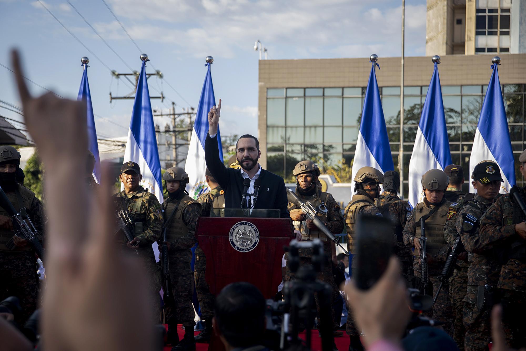 El presidente Nayib Bukele llegó frente a la entrada principal de la Asamblea Legislativa a las 4:20 pm del domingo. Media hora después se trasladó al Salón Azul, ocupado desde hacía horas por soldados armados, para hacer una oración. Fotode El Faro: Carlos Barrera.