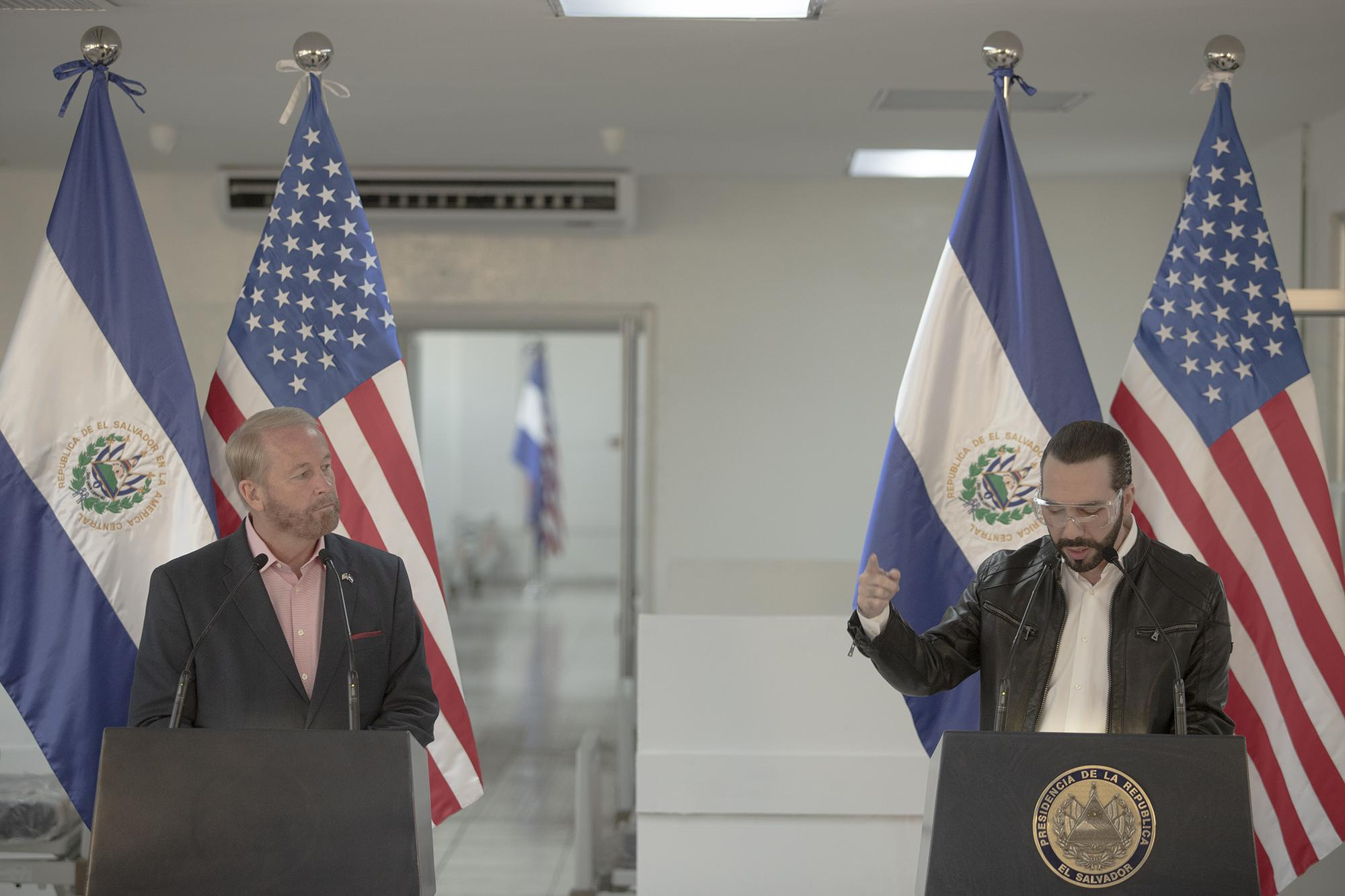 The U.S. ambassador to El Salvador, Ronald Johnson, and the president of El Salvador, Nayib Bukele, speak during a press conference at the Rosales Hospital in San Salvador on May 26, 2020. During the meeting, the Trump administration presented Bukele with a donation of medical equipment to help with El Salvador's response to the coronavirus crisis. Photo for El Faro: Carlos Barrera.