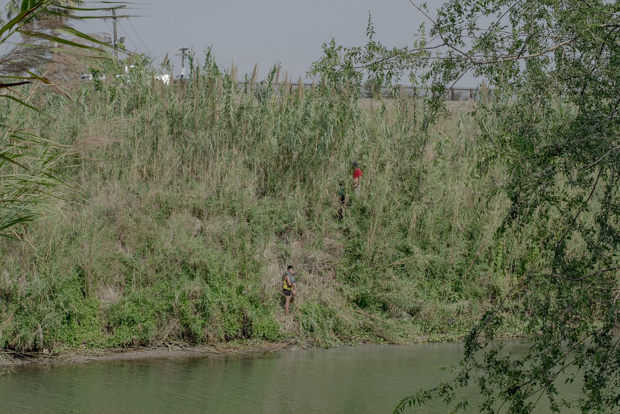Three migrants attempted to cross the Rio Bravo into the United States by swimming across the river. They did not succeed because they were detected by several U.S. Customs and Border Protection (CBP) border patrols, so they decided to go back to the Mexiccan side. The photo was taken discreetly, as members of the criminal group that controls part of Matamoros were watching the scene from a truck. Less than a mile from here is a commemorative cross by the river where the bodies of Salvadorans Oscar and Valeria, known around the world for drowning while crossing, were found. Photo from El Faro: Fred Ramos.