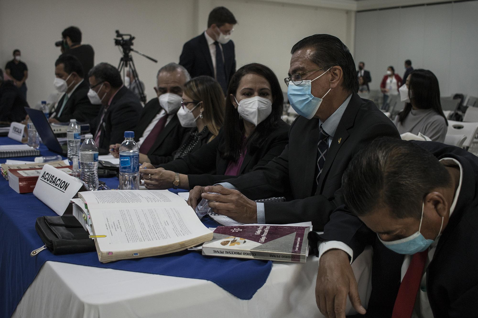 Plaintiffs in the trial of the alleged military perpetrators of the El Mozote massacre converse before the testimony of U.S. expert witness Terry Karl. Photo: Víctor Peña/El Faro