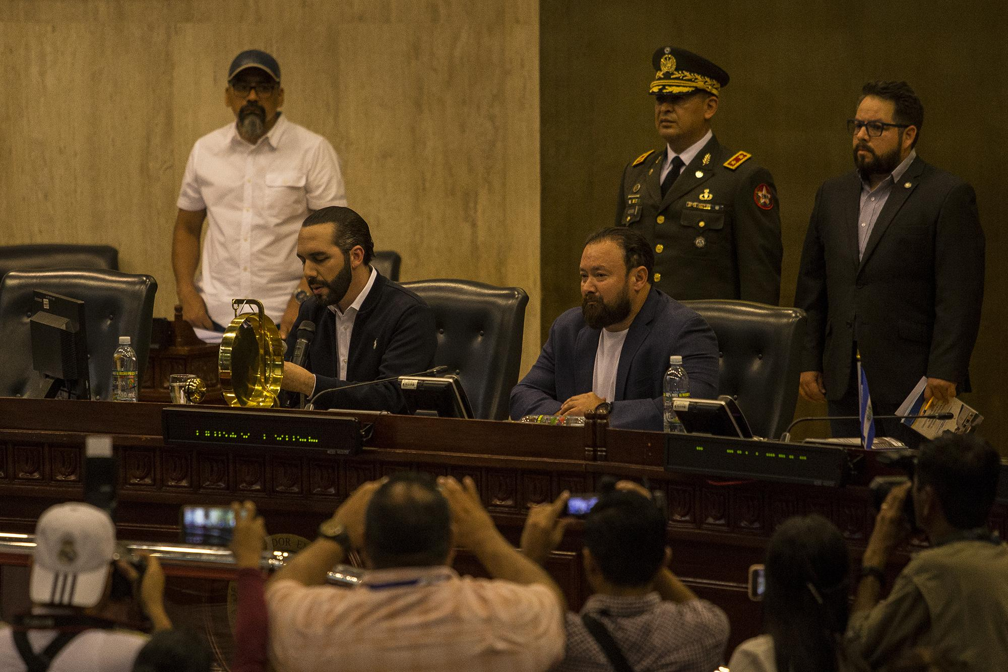El presidente Bukele, sentado en el lugar del presidente de la Asamblea, Mario Ponce.A su lado, el diputado del partido GANA Guillermo Gallegos. Foto de El Faro: Víctor Peña.