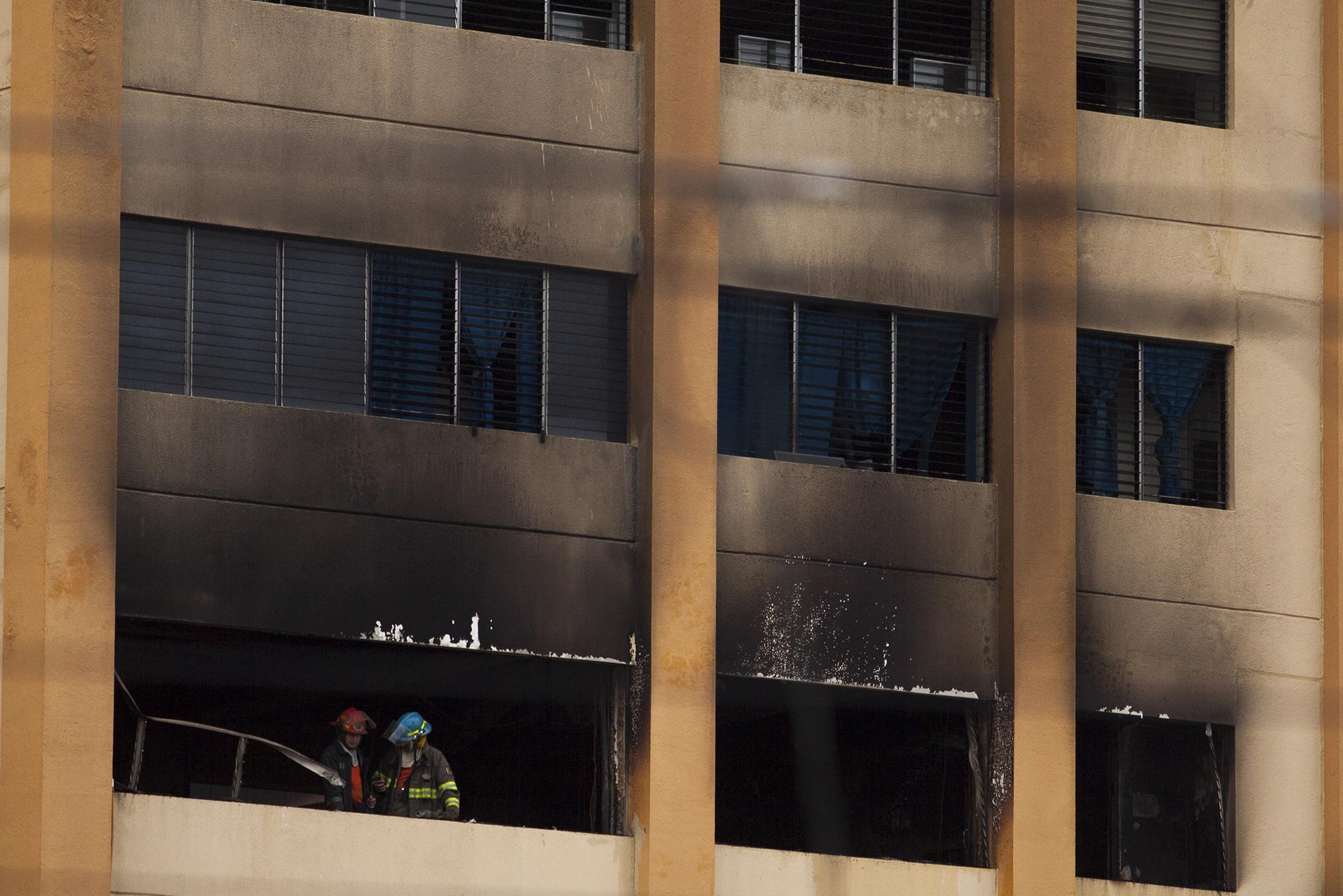 Bomberos trabajan en la evacuación del incendio, que inició a las 3:00 PM, en el ala C, del edifio número 3, del Ministerio de Hacienda. Cuerpo de Bomberos aseguró que el incendio fue provocado por la explosión de un sistema de aire acondicionado, en el cuarto nivel del edificio. Foto: Víctor Peña