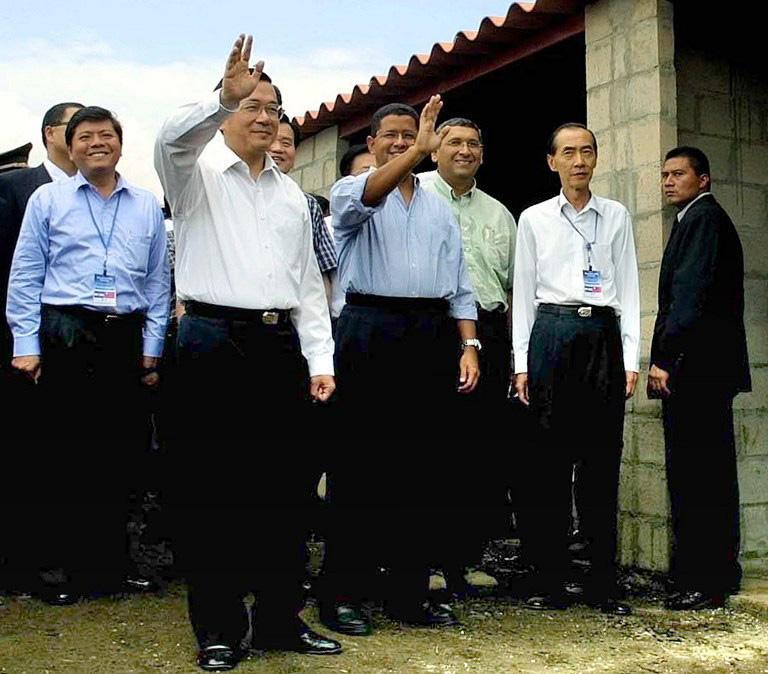 El expresidente de Taiwán Chen Shui-Bian acompaña al expresidente Francisco Flores a una visita de reconocimiento para las víctimas de los terremotos de 2001 en Sacacoyo, El Salvador. AFP PHOTO/Edgar ROMERO